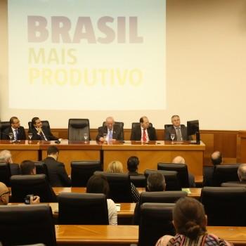 Governador José Ivo Sartori fala discursa aos presentes